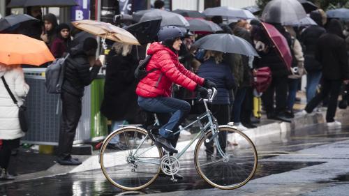 Sans éclairage, avec une roue voilée ou encore parapluie à la main : ces Franciliens qui s'improvisent cyclistes face à la grève dans les transports