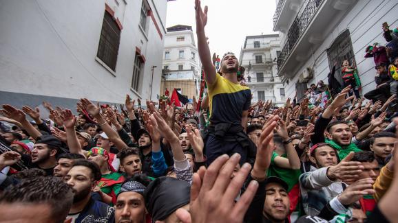 Pendant les manifestations des vendredis,les supporters du club de foot dUSMA se rassemblent sur cette place au centre d\'Alger.