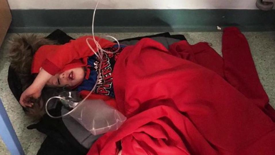 Royaume-Uni : la photo d'un enfant allongé à même le sol aux urgences suscite l'indignation