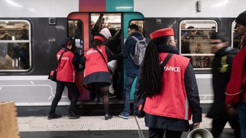 """""""Les agents servent parfois de défouloir"""" : comment la RATP et la SNCF gèrent tant bien que mal la cohue dans les transports pendant la grève"""