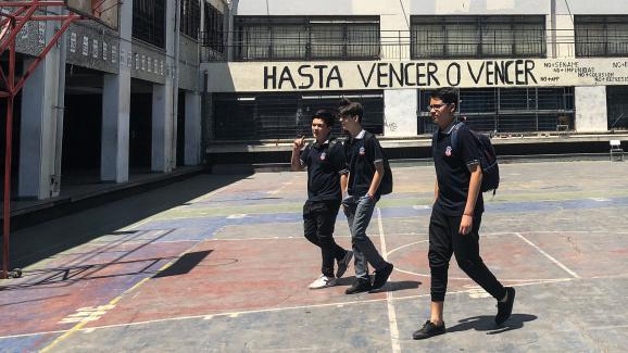 Des lycéens marchent dans la cour du lycéeJosé Miguel Carrera, à Santiago, le 19 novembre 2019.