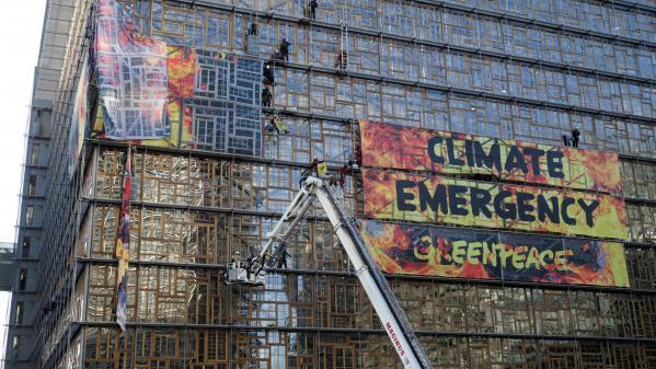 Climat : des militants de Greenpeace débarquent en camion de pompiers au sommet européen pour sonner l'alarme