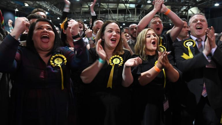 Des militants du parti indépendantiste écossais célèbrent leur victoire, le 13 décembre 2019 à Glasgow (Ecosse).