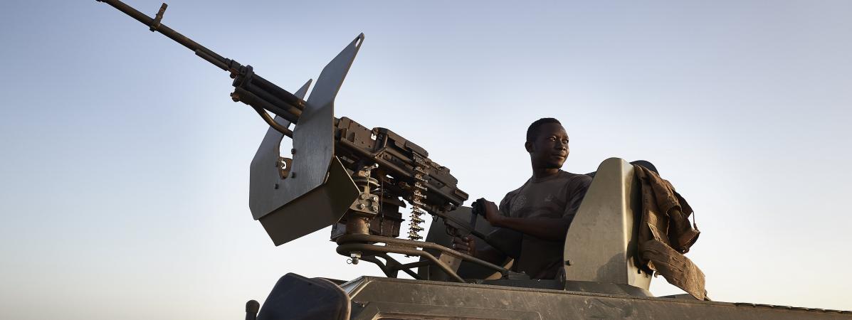 Un soldat burkinabè sur son véhicule blindé lors d\'une patrouille dans la région de Soum, au nord bu Burkina Faso, le 12 novembre 2019.