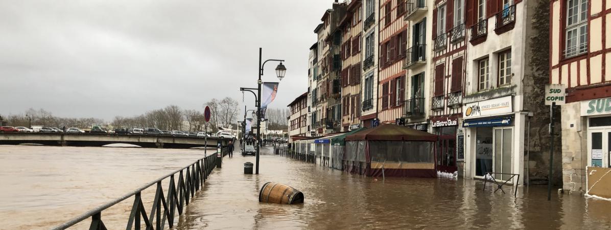 """""""Il va falloir tout recommencer"""" : au Pays basque, les habitants touchés par les inondations se remettent d..."""