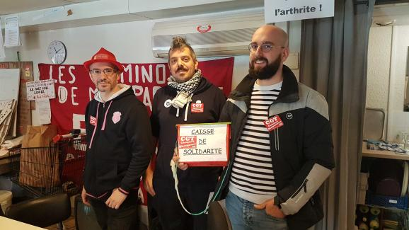 Maxime Durand, conducteur et délégué CGT à la gare Montparnasse (à droite sur la photo) avant la manifestation parisienne du 17 décembre 2019.