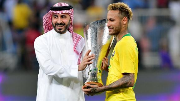 Le footballeur brésilien Neymar reçoit un trophée des mains du princeAbdul Aziz ben TurkiAl Faisal après un succès en amical contre l\'Argentine, le 16 octobre 2018, à Djeddah (Arabie Saoudite).