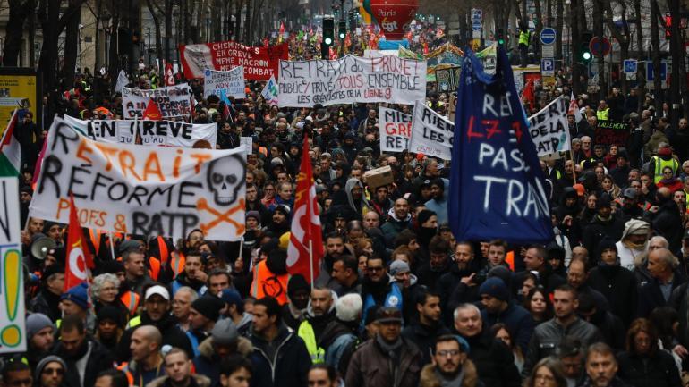 """Manifestation contre la réforme des retraites, à l\'appel de la CGT et rejointe par des \""""gilets jaunes\"""", à Paris, le 28 décembre 2019."""