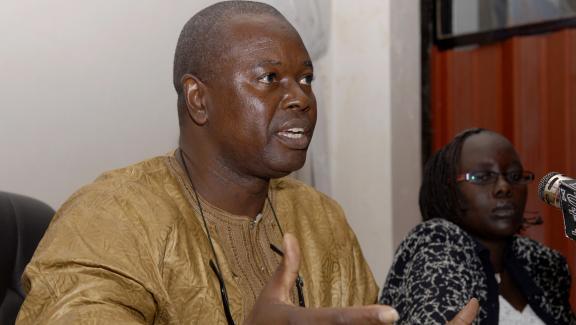 Alioune Tine est un défenseur de longue date des droits de l\'homme en Afrique. C\'est le fondateur du Think Tank Afrikajom Center basé à Dakar qui réflechit sur les questions de démocratie sur le continent.