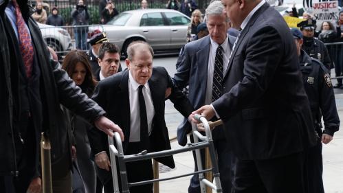Procès d'Harvey Weinstein: l'ancien producteur arrive en déambulateur, plusieurs de ses victimes déclarées témoignent devant le tribunal