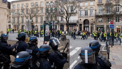 """""""Gilets jaunes"""" : un policier, soupçonné d'avoir gravement blessé un manifestant avec un tir de LBD, mis en examen pour violences volontaires"""