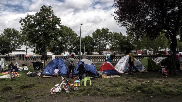 Migrants : ces familles qui dorment dans les rues de Paris