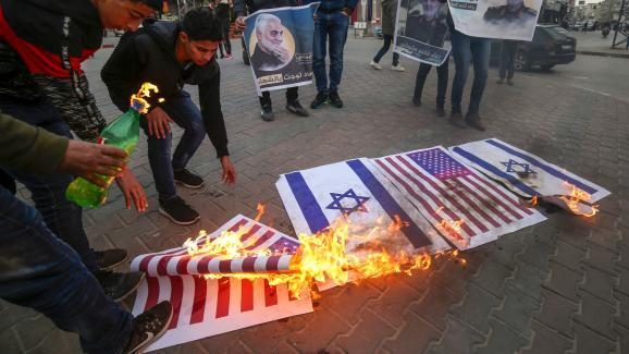 Dans la bande de Gaza, des manifestants palestiniens mettent le feu à des drapeaux américains et israéliens, le 8 janvier 2020.
