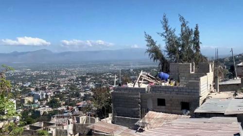 """VIDÉO. """"Il n'y a pas de travail du tout"""": 10 ans après le séisme, les habitants d'Haïti sont dépendants de la diaspora"""