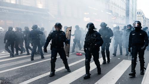 """""""Elle avait le visage et le pantalon maculés de sang"""" : enquête ouverte après des coups de matraque sur une manifestante à Paris"""