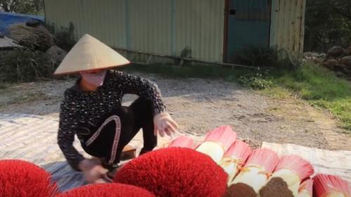 Vietnam : les travailleurs d'encens s'affairent avant le Nouvel An lunaire