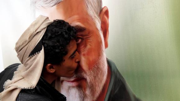 Un Houti embrassant un portrait de Qassem Soleimani,tué en Irak par l\'armée américaine, le 6 janvier 2020, à Sanaa (Yémen).