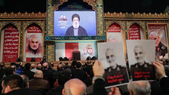 Desmilitants du Hezbollah suivent un discours de leur leader, Hassan Nasrallah, qui réagit à la mort de Qassem Soleimani, le 5 janvier 2020, à Beyrouth (Liban).