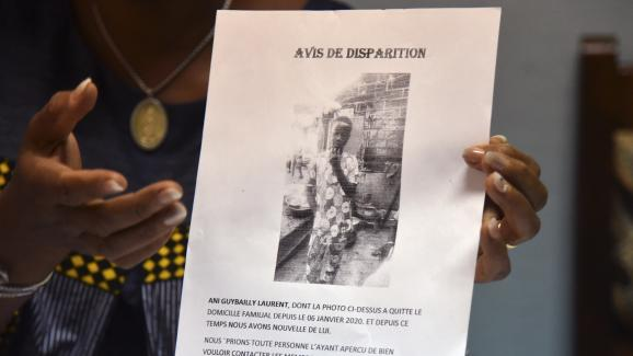 Une responsable du lycée Simone Gbagbo d\'Abidjan présente l\'avis de recherche publié lors de la disparition de Laurent Barthelemy.