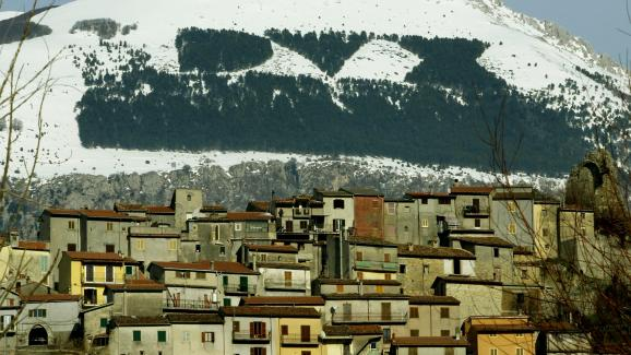 """Les lettres DVX (\""""duce\"""" ou guide en langue latine) sur le mont Giano (Italie), inscrites par une forêt de sapin plantée sous Benito Mussolini."""