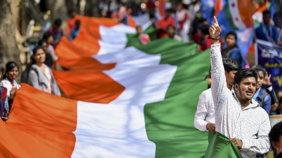 Des étudiants indiens manifestent contre la loi sur la citoyenneté.