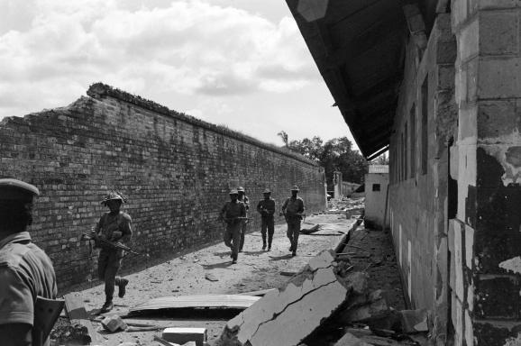 Des soldats de l\'armée fédérale nigérianepatrouillent le 13 novembre 1967près de Calabar (sud-est), plus ancien port de la côte ouest-africaine repris aux forces sécessionnistes biafraises.