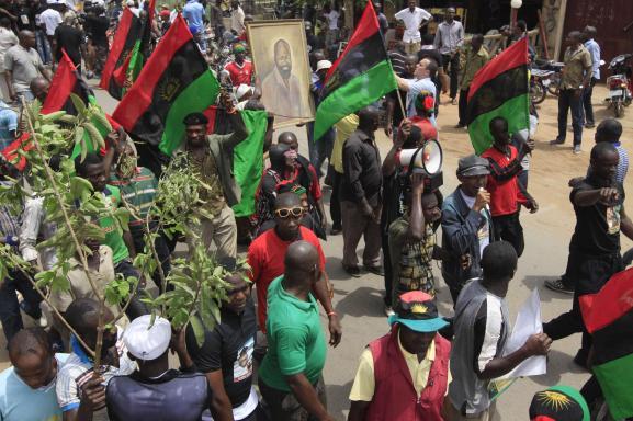 Des drapeaux biafrais sont brandis, le 29 février 2012 à Nwewi (sud-est du Nigeria), lors d\'une marche en l\'honneur du leader biafrais Odumegwu Emeka Ojukwu, décédé en novembre 2011.