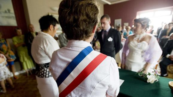 Le maire célèbre les mariages, enregistre les déclarations de naissance et de décès et tient les registres d\'état civil.