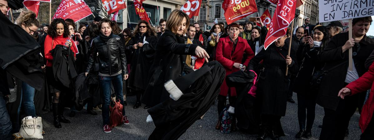 Une avocate du barreau de Lyon jette sa robe sur le sol pour protester contre la réforme des retraites, le 9 janvier 2020 à Lyon.