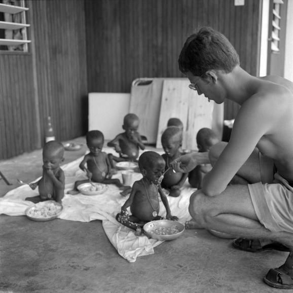 Enfants venus du Biafra, dénutris,nourris par unassistant médical, dans un hôpitalmilitaire français à Libreville (Gabon), le 15 mars 1969