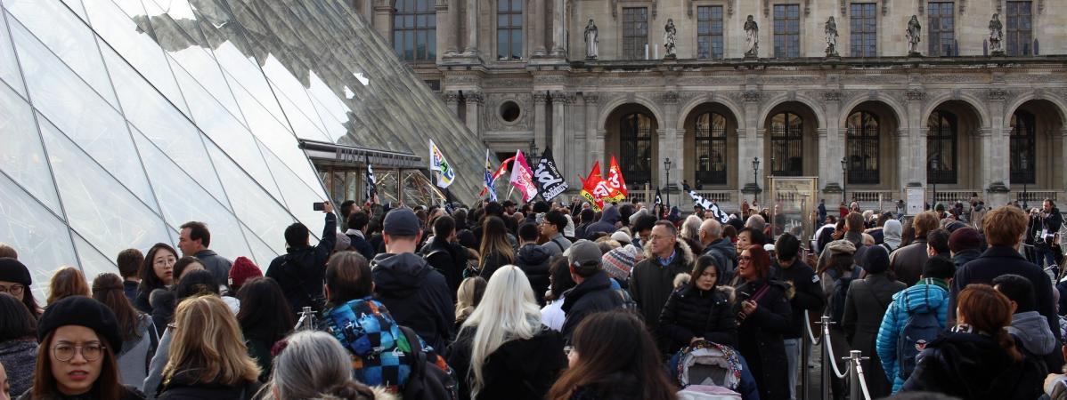 """""""Une minorité ruine la journée de tout le monde !"""" : des grévistes bloquent les entrées du Louvre et provoq..."""