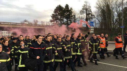 """VIDEO. """"On est face à de la haine"""": plus de 800 pompiers manifestent à Strasbourg pour dénoncer les violences auxquelles ils font face"""