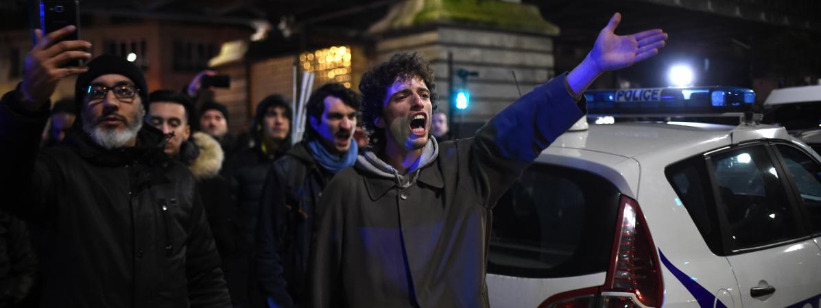 Des manifestants font face aux forces de l\'ordre, le 7 janvier 2020, devant le théâtre des Bouffes du Nord.