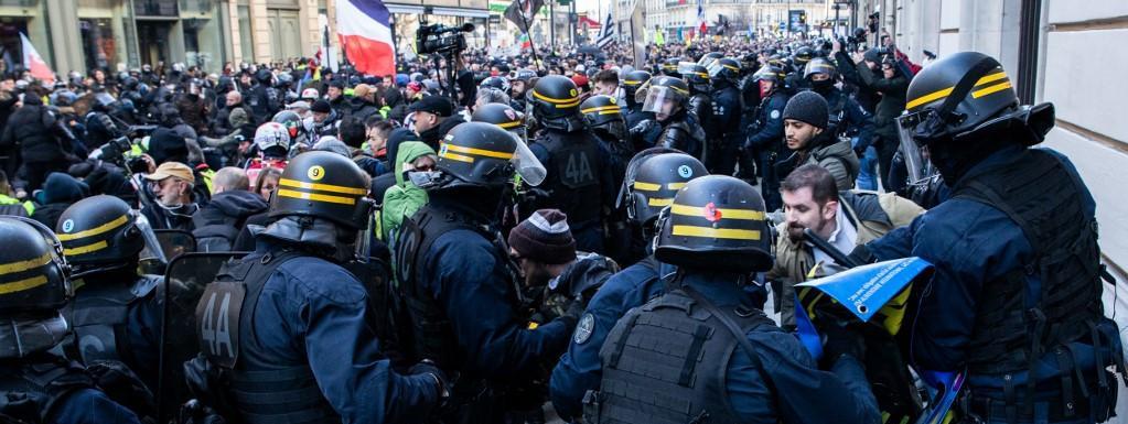 """Manifestation des """"gilets jaunes"""" à Paris : une enquête ouverte après la diffusion d'images montrant un hom..."""