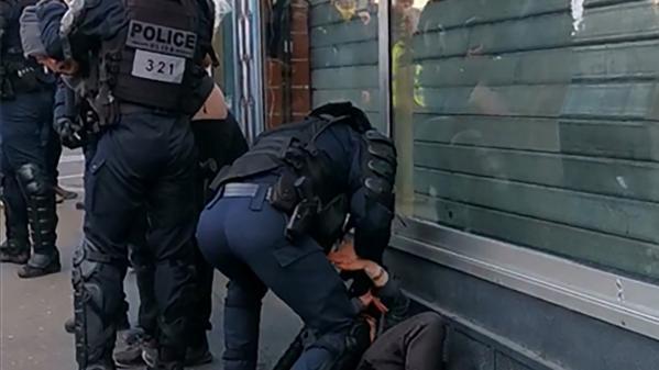 Le manifestant filmé en train d'être frappé au sol crachait du sang au visage du policier, assure le syndicat Alliance