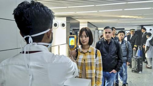Mises en quarantaine de Wuhan, contrôles aux frontières, masques... Comment s'organise la lutte contre le coronavirus en France et dans le monde