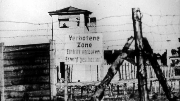 """Un mirador et un panneau \""""Zone interdite\"""" du \""""camp spécial\"""" soviétique de Sachsenhausen, en Allemagne,au printemps 1949."""