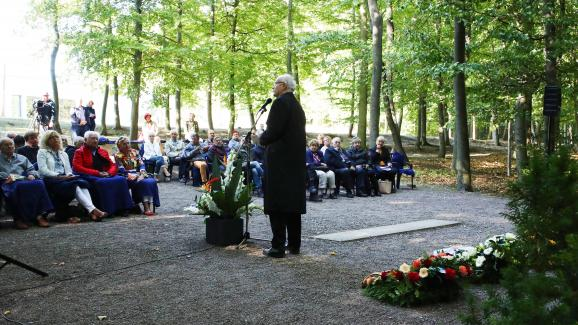 """Volkhard Knigge, directeur du mémorial de Buchenwald (Allemagne), s\'adresse à d\'anciens prisonniers du \""""camp spécial\"""" soviétique et à leurs proches, le 15 septembre 2018."""