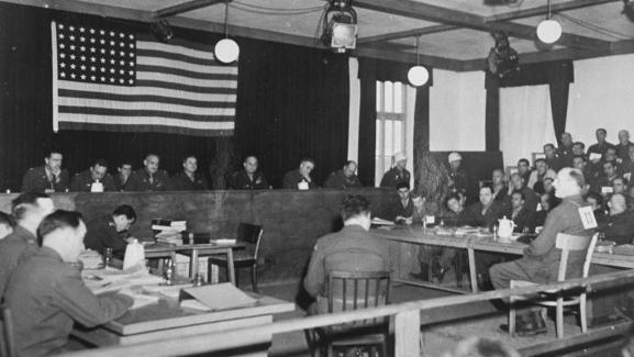 L\'accusé Otto Foerschner témoigne au procès de Dachau, en Allemagne, à la fin de l\'année 1945.