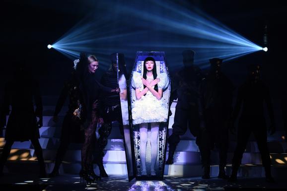 Défilé Jean Paul Gaultier haute couture printemps-été 2020 : la top modèle Karlie Kloss sort d\'un cerceuil symbolisant la mort de la couture. Elle ouvre le show