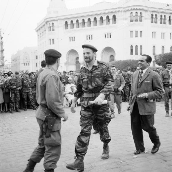 """Photo, datée de janvier 1960 pendant \""""la semaine des barricades\"""", de Pierre Lagaillarde (au centre). Ce dernier,officier de réserve parachutiste, avait été élu en 1958 député d\'Alger-ville sur la liste Algérie française\""""."""