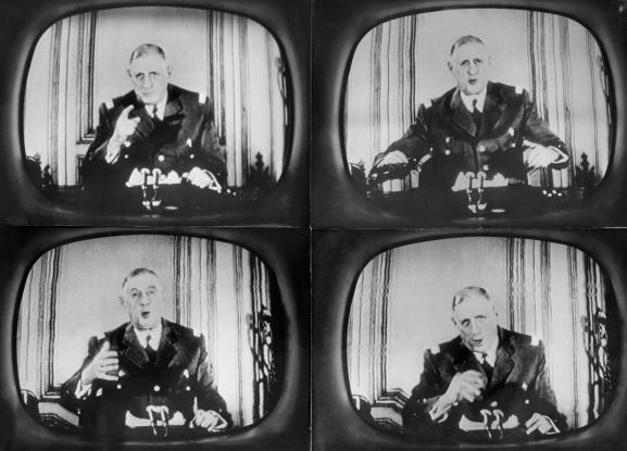 Quatre attitudes du général de Gaulle, revêtu de son uniforme militaire, pendant son discours radiotélévisé du 29 janvier 1960