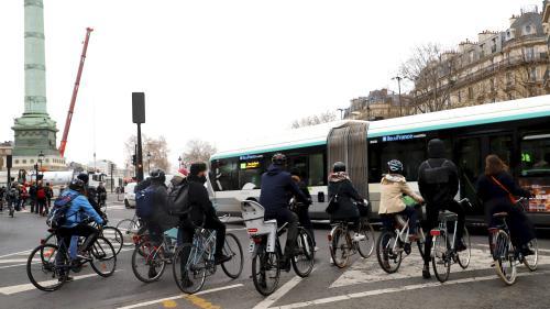 Réforme des retraites: jusqu'à 2,5 fois plus de vélos sur les pistes à Paris au plus fort de la grève