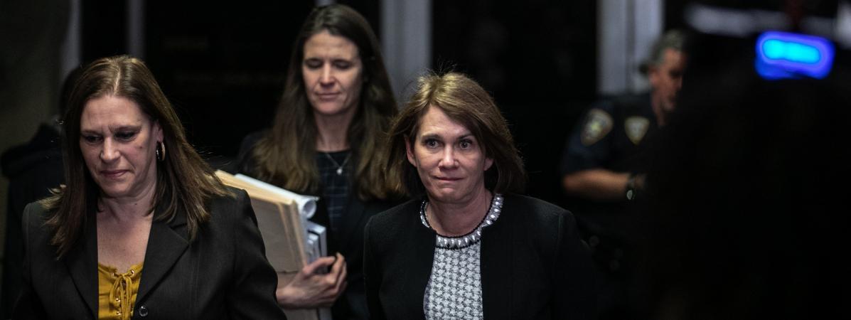 La psychiatre médico-légale Barbara Ziv, accompagnée des procureures Joan Illuzzi-Orbon et Meghan Hast, quitte la Cour suprême de New York (Etats-Unis), le 24 janvier 2020.
