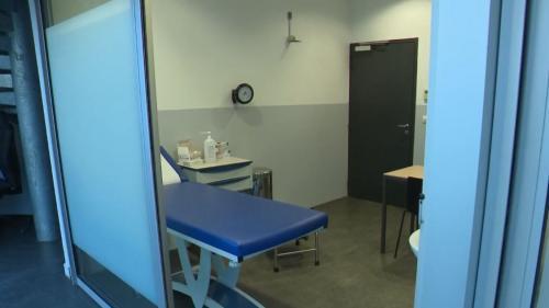 """VIDEO. """"Le médecin est passé tout de suite en urgence sanitaire"""" : comment le premier cas de coronavirus a été détecté en France"""