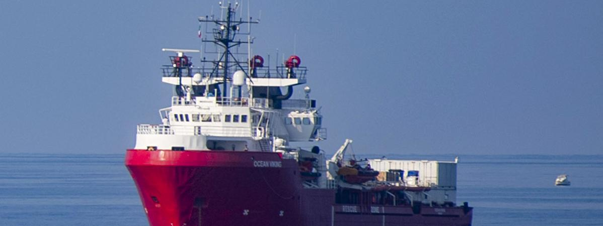 """A bord de l'""""Ocean Viking"""", plus de 220 migrants attendent un port sûr"""