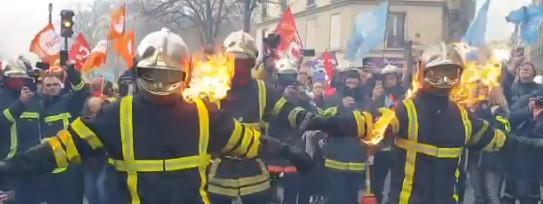 Les pompiers manifestent à Paris pour réclamer une hausse de leur salaire et le maintien de leur système de...
