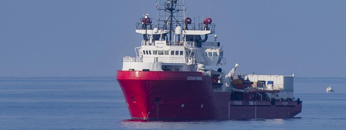 """Plus de 400 migrants secourus en Méditerranée par le navire """"Ocean Viking"""" vont débarquer en Italie"""
