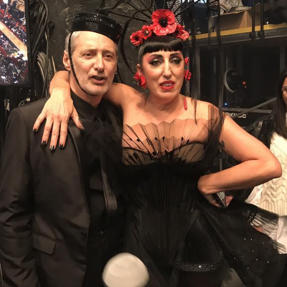 Antoine de Caunes et Rossy de Palma dans les backstages du dernier défilé haute couture jean Paul Gaultier pour ses 50 ans de créations, le 22 janvier 2020 à Paris