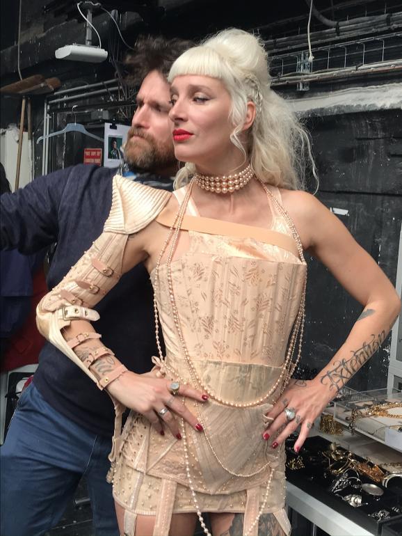 Une mannequin prend la pausedans les backstages du dernier défilé haute couture Jean Paul Gaultier pour ses 50 ans de créations, le 22 janvier 2020 à Paris